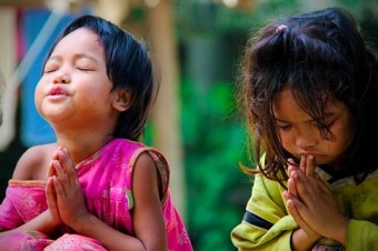 Girls_praying