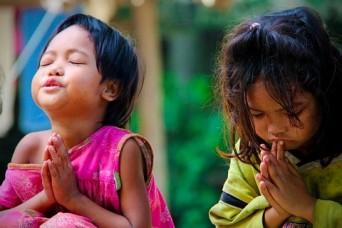 Girls_praying
